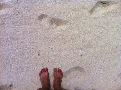 砂浜足あと